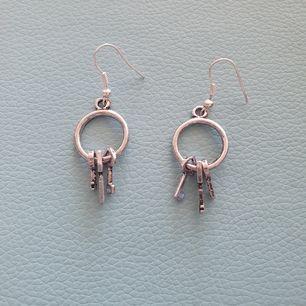Säljer dessa coola handgjorda örhängen som ska likna en nyckelknippa. 50 kr+Frakt