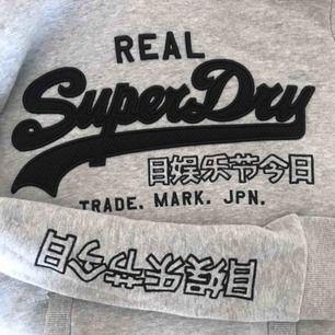 Superdry hoodie som knappt är använd, jätteskönt material på insidan🥰 köparen står för frakt