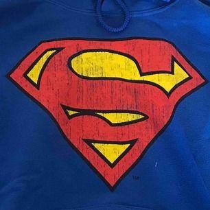 Oversized hoodie med vintage supermantryck, använd fåtal fånger🥰