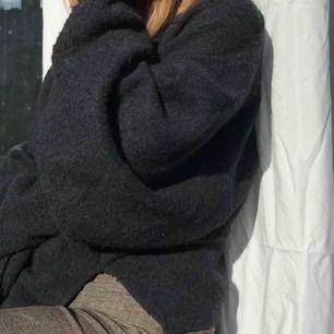 """Karin Wester stocktröja som e stickad och så mysig!! Har använt flitigt och har nu ersatt denna med en anna och säljer därför! Armarna sitter ihop med """"kroppen"""" på tröjan och ger en sjukt fin passform!"""