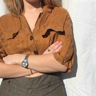Sååå fin blus i mocka färg. Materialet påminner lite om läder men tunnare och är mycket bekvämt mot kroppen! Säljer pga får aldrig användning för denna! Men så fin!