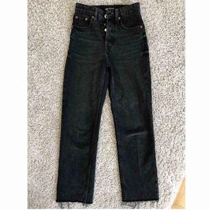 Säljer ett par snygga mom jeans från Zara. Köpta i somras och har använt dom 3 gånger. Passar sjukt bra till ett par sneakers.