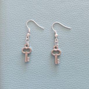Säljer dessa coola handgjorda örhängen med en nyckel på. 50 kr+Frakt