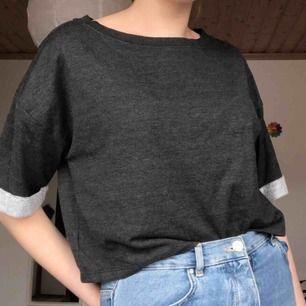 Grå T-shirt men lite längre ärmar💕