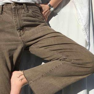 Sååå snygga beiga/bruna jeans jag köpte second hand men nu slutat använda!! Avklippta nertill och en lös passform.