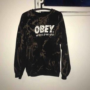 Sweatshirt ifrån Obey, storlek L. Hemmafärgad med klorin. Använd men i fint skick.