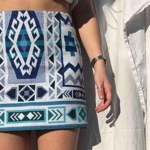 Så fin mönstrig kjol som jag använt i flera år med trots det ett bra skick! Har haft mycket roligt i denna och fått många komplimanger! Fint mönster och jättesomrig!