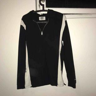 Skjorttröja sweet sktbs med half zip och snygga detaljer på sidorna, använd enstaka gång.