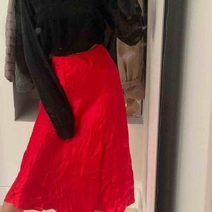 Fin röd kjol från hm, aldrig använd, alla lappar kvar!