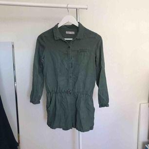 Snygg knappt använd jumpsuit från Zara. Köparen står för frakt eller hämtas i Örebro.