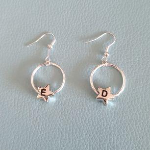 Säljer dessa as coola handgjorda örhängerna. Man kan få vilka två bokstäver man vill (tror att jag har alla). Man kan ha två olika bokstäver eller två av samma bokstäver. Dom kan t.ex vara dina initialer. 50 kr+Frakt