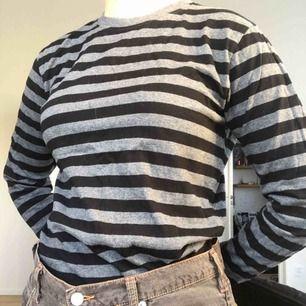 En basic snygg grå och svart-randig långärmad tröja i toppenskick! Säljer för att den inte kommer till användning