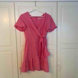 Starkt rosa klänning i storlek 38. Använd endast vid 1 tillfälle. Säljs då den är för kort över rumpan. Köpt på Nelly.com