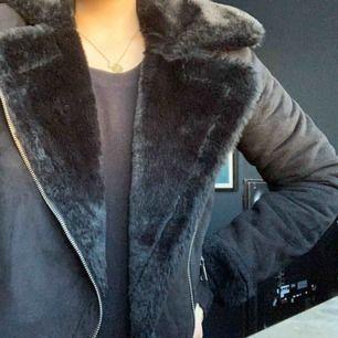 Snygg jacka med fakepäls 😍 perfekt till vår, höst eller kall sommardag - pris och frakt kan diskuteras