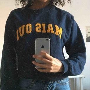 Mörkblå sweatshirt från monki i bra skick. Möts gärna upp i Stockholm men annars står du för frakten💙