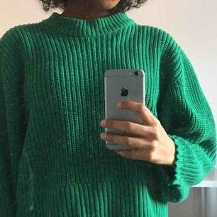 Grön stickad tröja från monki. Avklippta i armarna. Möts gärna upp i Stockholm men annats står du för frakten💙