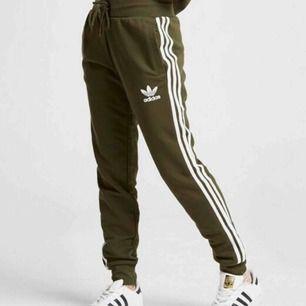 Gröna Adidasbyxor köpta på JD Sports. Utsida i nyskick, ett lagat hål insida ena fickan, därav lågt satt pris.