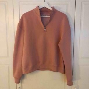 Rosa oversized tröja i storlek M köpt från Pull&Bear. Använd endast 1 gång. Nyskick.