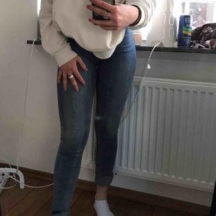 Ljusblåa tighta jeans i väldigt bra skick , nästan oanvända och sitter perfekt. Säljer eftersom att jag inte använder tighta jeans längre.  Möts i Malmö elr fraktar