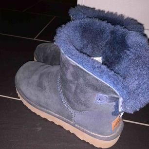 Ett par marinblå uggs köpta från Mathilde i Stockholm! Det syns att de är använda, men det med försiktighet! De är ändå i fint skick. Köp nu, spara de tills nästa vinter!😍