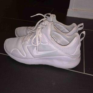Sneakers från Nike som tro det eller ej faktiskt är vita!