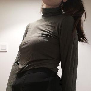 Khakigrön polotröja från Gina Tricot i stl M. Frakt 42 kr.