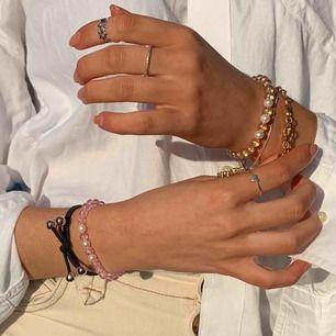 Superfina pärlarmband av glaspärlor och sötvattenspärlor! Finns i lila, rosa, blått, grönt och rosa💗 från @oceanpearl.uf