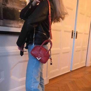 IRINA NANO BAG WITH METALWARE BY THE KOOPLES. Sparsamt använd handväska från märket The kooples i collab med modellen Irina Shayk. 100% äkta italiensk kalvskinnsläder. Kommer med dust och en liten  spegel i väskan. Nypris: 3674kr . Köparen står för frakt
