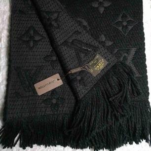 Ny oanvänd Louis Vuitton halsduk med lappar kvar, finns att hämta i sthlm/handen eller kan skickas mot frakt 🤗, Vid intresse smsa mig på 0761339494