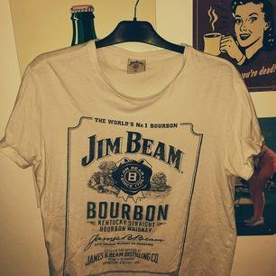 Jim Beam whiskey tröja i XL men känns mer som en M/L tröja. Köparen står för frakten om den ska skickas 😊
