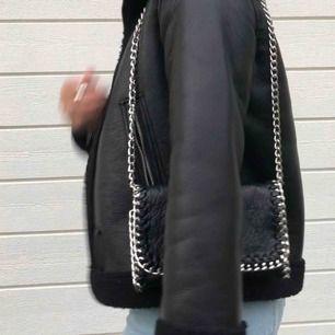 Hej säljer min väska i från Tiamo, ny pris 450kr. Väskan är aldrig använd och i väldig bra kvalitet. Original bandet följer med men också en skin band (fejk skin).🖤🖤