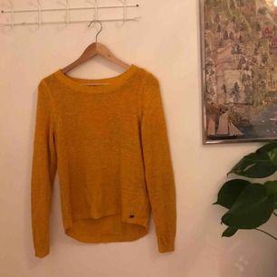 Vårig senapsgul stickad tröja från Vero Moda. Är i gott skick. Kan mötas upp i Stockholm eller frakta!