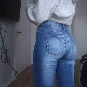 Blå jeans med hål, köpte för cirka två år sedan men de kom aldrig riktigt till användning. Har du frågor eller vill veta min längd och mått så är det bara att skriva.  Köpare står för frakt Pris kan diskuteras