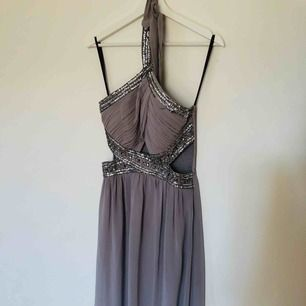 Lång klänning, använd endast en gång.  Strl 40