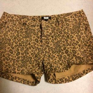 Sparsamt använda leopardshorts i stl L. Priset är inkl vanlig frakt