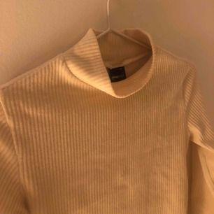 Beige tröja i Manchester från Gina tricot. Jättefin att ha under T-shirt men också som den är, storlek XS. Möts upp i Stockholm eller fraktar