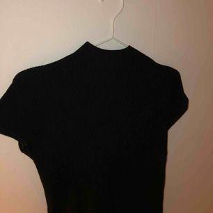 Stickad/ribbad T-shirt med liten polo från Winston & Elle. Aldrig använd med prislapp kvar. Nypris 369kr. Möts upp i Stockholm eller fraktar