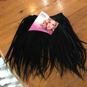 En 170 cm lång trens, håret är 30 cm långt och helt nytt.  Färgen svart