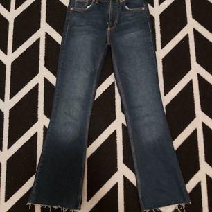 Ett par (nya jeans ) från zara, har aldrig använt ddet. Dem är korta för mig,om du är runt 1151så är det perfekt