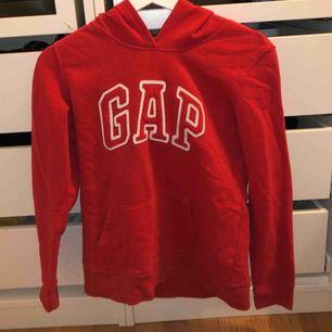 äkta röd gap tröja i mysigt material köpt i USA, använd fåtal ggr och för liten för mig ( jag är 165 cm lång, 49 kg ). Frakt på 66kr tillkommer ☺️