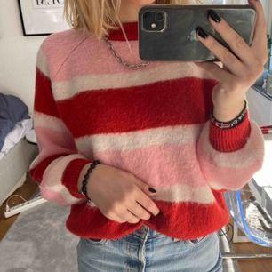 Stickad randig tröja som är jättefin men kommer inte till användning. Köpt i somras, perfekt till temafester eller bara i skolan! Köparen står för frakten
