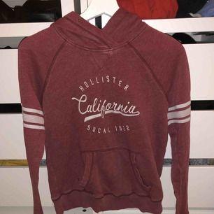 vinröd-ish Hollister hoodie som saknar snöre, säljer då jag växt ur den ( 165 cm, 49kg ). Frakt på 66kr tillkommer ☺️