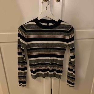 ribbad tröja från h&m  storlek:S nypris:100 har bara använt den 1-2 gånger ish.köparen står för frakt.kan mötas upp i Stockholm