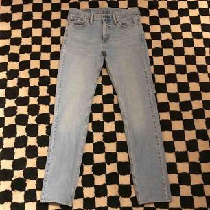 Sköna Levi's jeans till våren. Måttligt använda och har bara lite flaws vid fickorna. Original priset var 1100kr.🤝