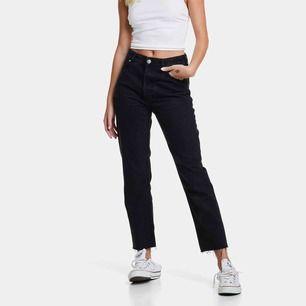 Svarta mom jeans med slitningar längst ned från bikbok. Storlek M - säljes pga fel storlek och därav sparsamt använda. Nypris 599:- & säljes för 250 + fraktkostnad! 💕💘💗💝💓💖