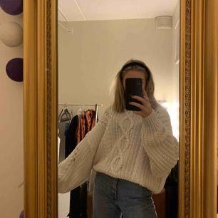 Säljer denna sjukt fina och mysiga vita stickade tröja. Den är i bra skick, men har ingen användning av den tyvärr och det är därför jag säljer den.🌟
