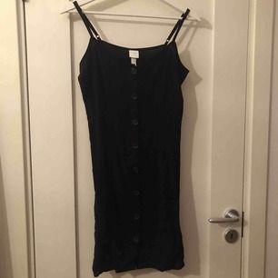 Denna fina klänning är storlek 34 (s).  Det finns knappar att knäppa upp och ljuster bara snören. Den är helt oanvänd och lappen sitter kvar! Den kosta 99kr när jag köpte den men säljer för 50kr (priset kan diskuteras)❤️