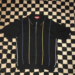 Supreme tröja half zip. Nästan aldrig använd, köpt på Supremebutiken i London. Påse och kvitto finns. Storlek M men sitter som S/M Priset kan diskuteras