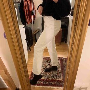 Säljer mina vita fina row jeans eftersom att de knappt har kommit till användning. De är i fint skick och sitter  sjukt snyggt!🌟