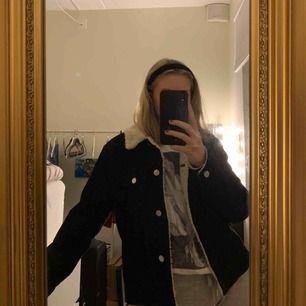 Säljer min svarta lite oversized manchester jacka som är sjukt fin och i bra skick. Jag säljer den för att den inte har kommit till användning på ett tag.🌟